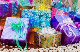 caja de regalo colorida sobre el terreno con guijarros blancos foto