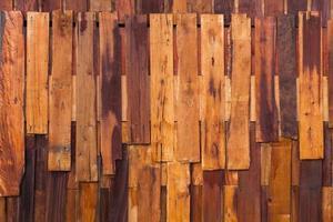 Fondo de textura de tablón marrón oscuro de madera irregular, con clavos foto