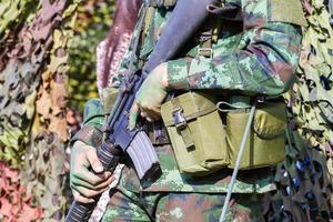 primer plano, macho, soldado, manos, tenencia, ametralladora foto