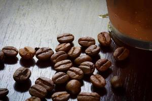 Granos de café extreme closeup con café helado foto