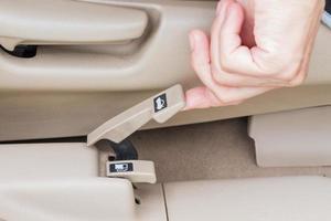 mano tirando del botón de liberación del maletero en un automóvil. enfoque selectivo foto