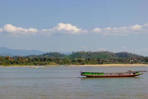 Paseo en barco por el río Mekong con un hermoso paisaje en Tailandia. foto