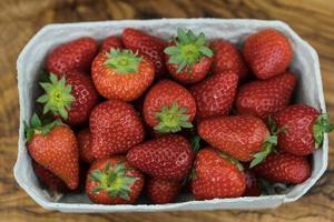 frutas de fresa en una caja de papel foto
