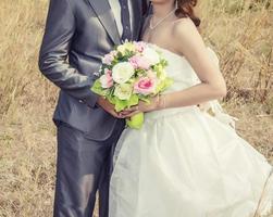 Hermoso ramo de diferentes colores en manos de la novia. foto