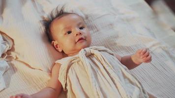 gros plan bébé souriant et allongé sur le lit jouant avec sa mère video