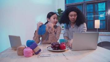 couple asiatique travaillant des heures supplémentaires en tant qu'entreprise de support client la nuit video