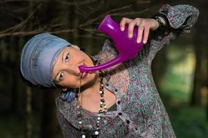 irrigación nasal jala neti con una chica en la naturaleza foto