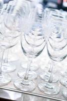 muchos vasos vacíos en una línea foto
