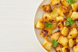 patatas asadas o asadas en un plato foto