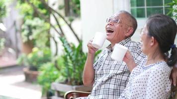 casal sênior rindo enquanto bebe café em casa video