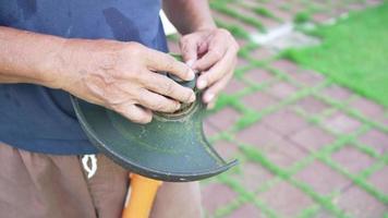 närbild hand av trädgårdsmästare fixa gräsklippare video