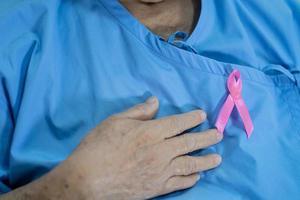 cáncer de mama, cinta rosa en la paciente asiática senior para apoyar la conciencia. foto