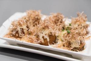 Takoyaki en plato blanco - comida japonesa foto