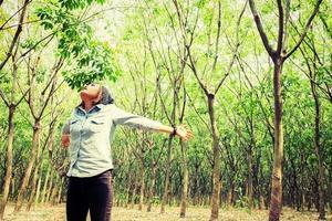 hermosa joven disfrutando de la naturaleza en el bosque foto