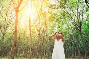Triste infeliz mujer en el bosque verde, estrés, depresión foto