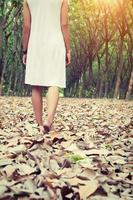 mujer triste caminando sola en el bosque sintiéndose triste y sola foto