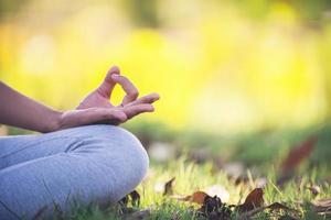 joven, mujer asiática, hacer, yoga, en el parque foto