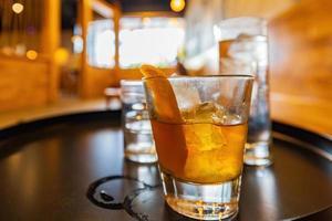 Primer plano de un cóctel de whisky en Los Ángeles, California foto