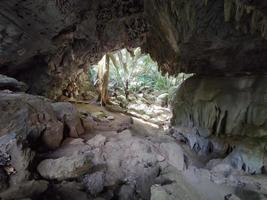 Maravillosa cueva de piedra caliza durante el día, Tailandia. foto