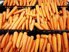 zanahoria en canasta negra vendida en supermercado, tailandia. foto