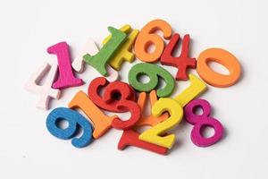 número matemático colorido sobre fondo blanco, foto