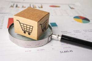Logotipo de carrito de compras en caja con lupa sobre fondo gráfico. foto