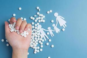 Mano sujetando pastillas sobre fondo de color foto