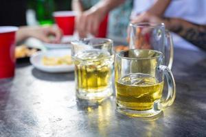 Fiesta de la cerveza con amigos en casa, concepto del día internacional de la cerveza. foto