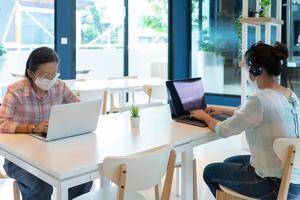 Las personas que usan mascarilla y mantienen el distanciamiento social en el café. foto