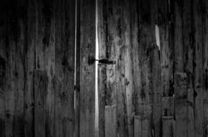 vieja puerta de madera rota foto