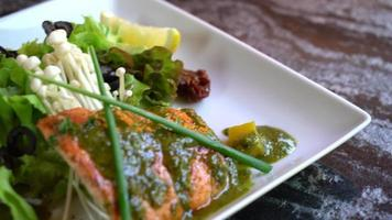 steak de saumon grillé avec salade video