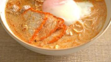 ris vermicelli nudlar med köttbullar, rostat fläsk i kryddig soppa video