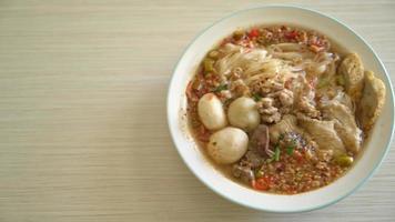 nudlar med fläsk och köttbullar i kryddig soppa eller tom yum nudlar video