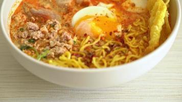 äggnudlar med fläsk och köttbullar i kryddig soppa eller tom yum nudlar video