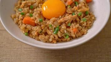arroz frito de salmão com ovo em conserva por cima - comida asiática video