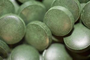Pastillas de cerca médica espirulina platensis familia de algas algaespace foto
