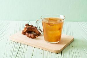 Deliciosa bebida dulce jugo de tamarindo y cubito de hielo. foto