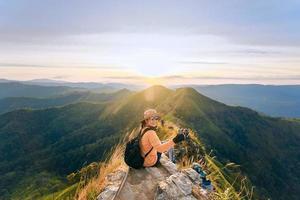 provincia de kanchanaburi, tailandia, 2021 - mujer en la cima de la montaña khao chang phuak foto