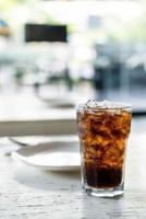 vaso de cola helado en la mesa foto