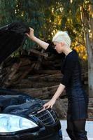 mujer rubia repara el coche foto