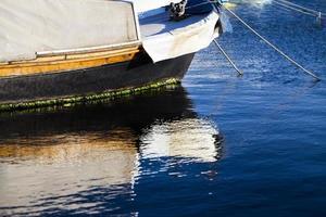 barco de reflexión sobre el agua de mar foto