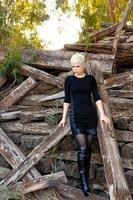 Tronco de maderas cortadas y mujer rubia foto