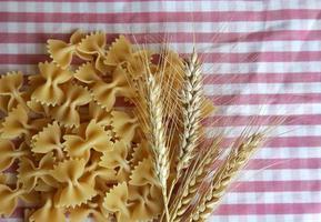 Pasta macarrones italianos sin cocer alimentos crudos foto