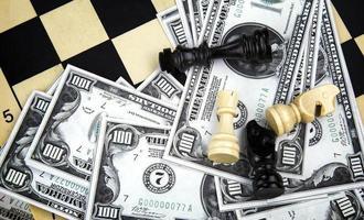 estrategia de juego de ajedrez y dinero. foto