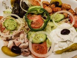 Gyros de comida griega con pommes frites y ensalada foto