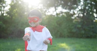 garçon super héros en course rouge video