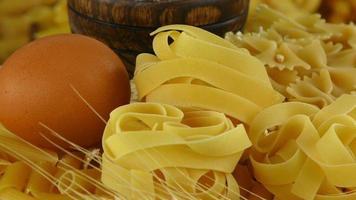 pasta de macarrones italianos sin cocer foto