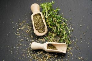 salado satureja con una cuchara de madera foto