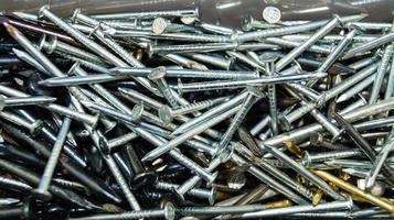 Tuercas de hierro industrial, clavos y tornillos. foto
