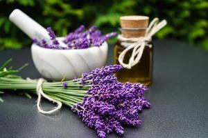 medicina alternativa con lavanda fresca foto